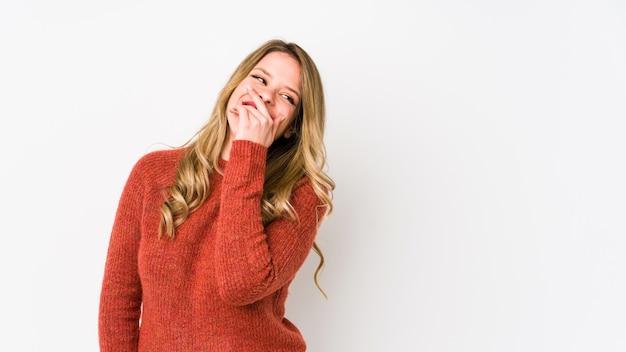 Jonge blanke vrouw lachen blij, zorgeloos, natuurlijke emotie. Premium Foto