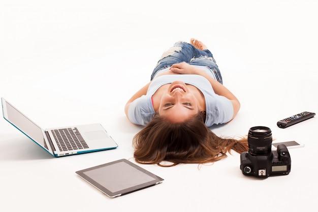 Jonge blanke vrouw met elektronische apparaten Gratis Foto