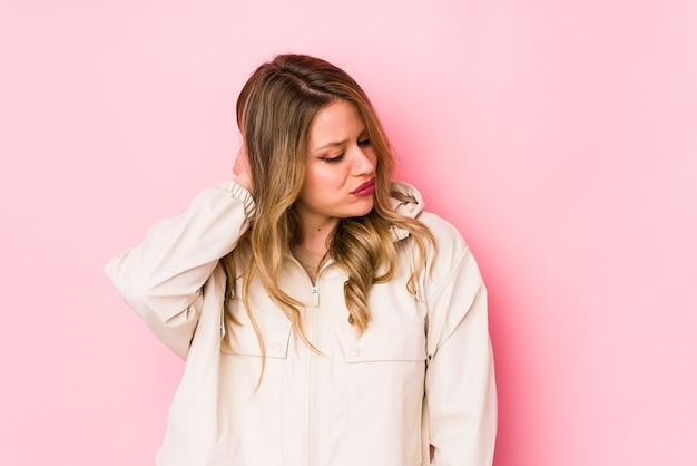 Jonge blanke vrouw met nekpijn als gevolg van stress, masseren en aanraken met de hand. Premium Foto