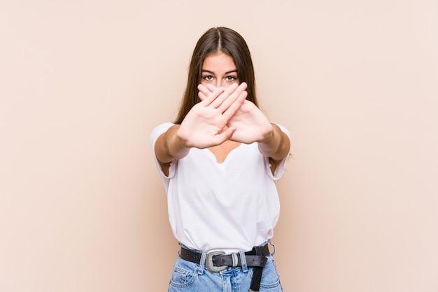 Jonge blanke vrouw poseren geïsoleerd doet een ontkenningsgebaar Premium Foto