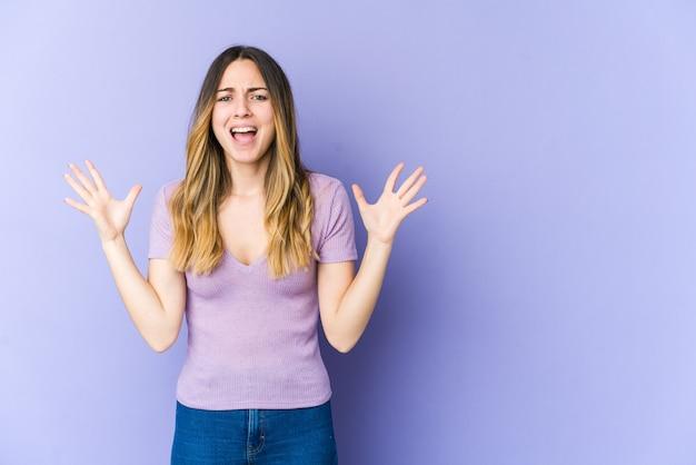 Jonge blanke vrouw schreeuwen naar de hemel, gefrustreerd opzoeken. Premium Foto