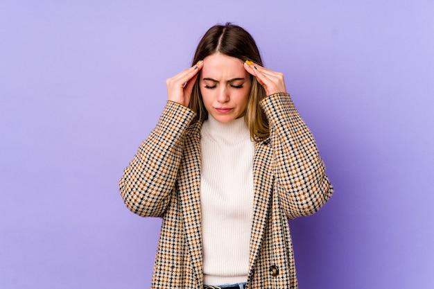 Jonge blanke vrouw tempels aan te raken en hoofdpijn te hebben. Premium Foto