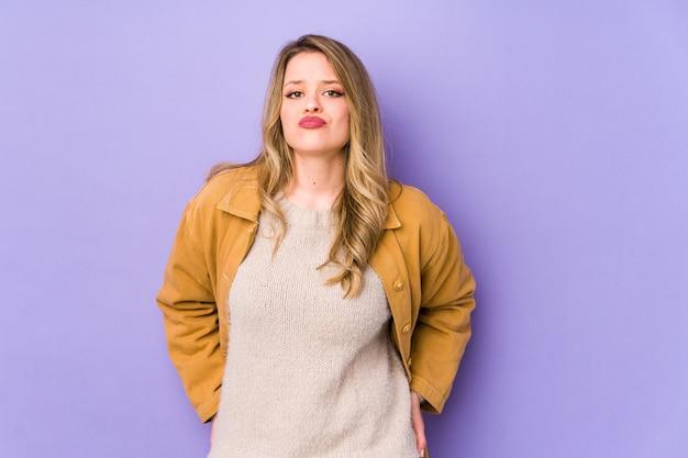 Jonge blanke vrouw verdrietig, ernstig gezicht, zich ellendig en ontevreden voelen. Premium Foto