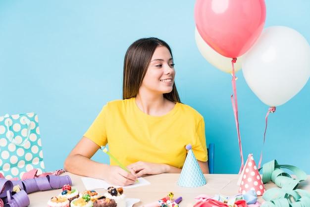 Jonge blanke vrouw voorbereiding van een verjaardagsfeestje Premium Foto