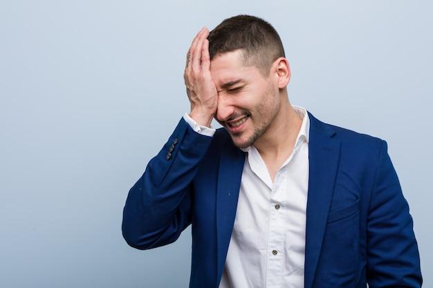 Jonge blanke zakenman iets vergeten, voorhoofd slaan met palm en ogen sluiten. Premium Foto