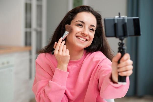 Jonge blogger zetten make-up op Gratis Foto