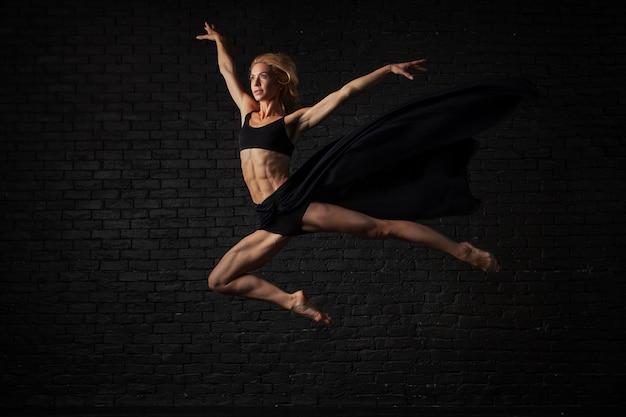 Jonge blonde ballerina in sportkleding ondergoed dansen Premium Foto