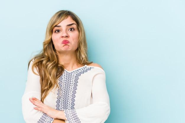 Jonge blonde blanke vrouw haalt schouders op en verward open ogen. Premium Foto