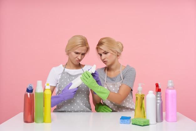 Jonge blonde mooie huisvrouwen dragen rubberen handschoenen tijdens de voorbereiding op de voorjaarsschoonmaak Gratis Foto