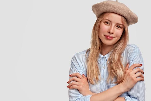 Jonge blonde vrouw, gekleed in blauw shirt Gratis Foto
