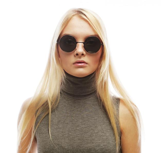 Jonge blonde vrouw met zonnebril Premium Foto