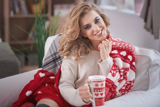 Jonge blonde vrouw warme chocolademelk drinken Gratis Foto