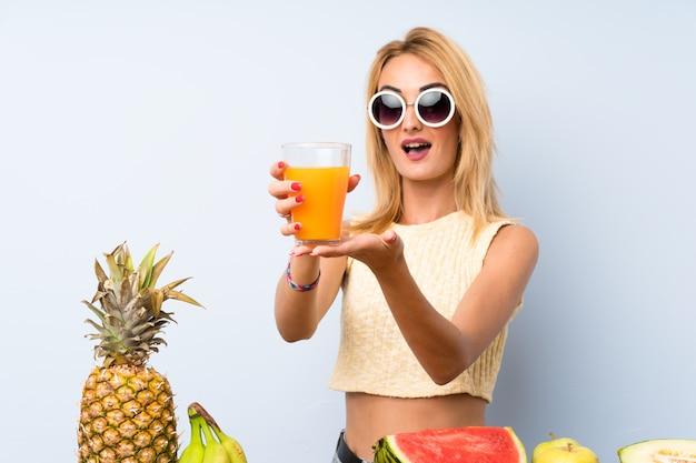 Jonge blondevrouw met veel fruit Premium Foto