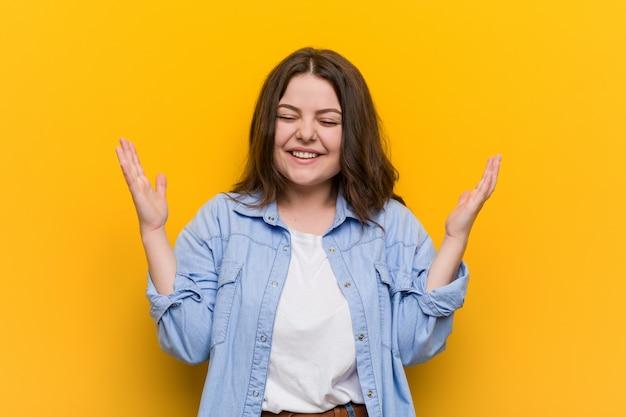 Jonge bochtige plus size vrouw vreugdevol lachen veel. geluk . Premium Foto