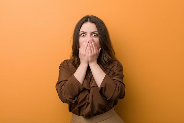 Jonge bochtige russische vrouw bang en bang. Premium Foto
