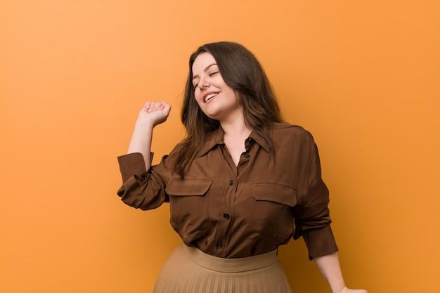 Jonge bochtige russische vrouw die en pret dansen hebben. Premium Foto