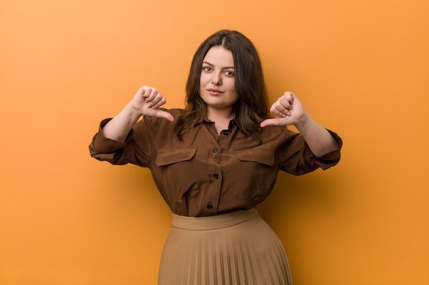 Jonge bochtige russische vrouw voelt zich trots en zelfverzekerd, een voorbeeld om te volgen. Premium Foto