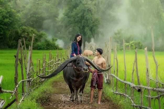 Jonge boerin in bloem boerderij. landbouw organische kleinzakelijke landbouw Premium Foto