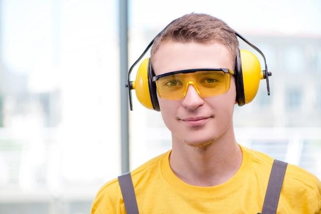 Jonge bouwvakker in gele overall Premium Foto