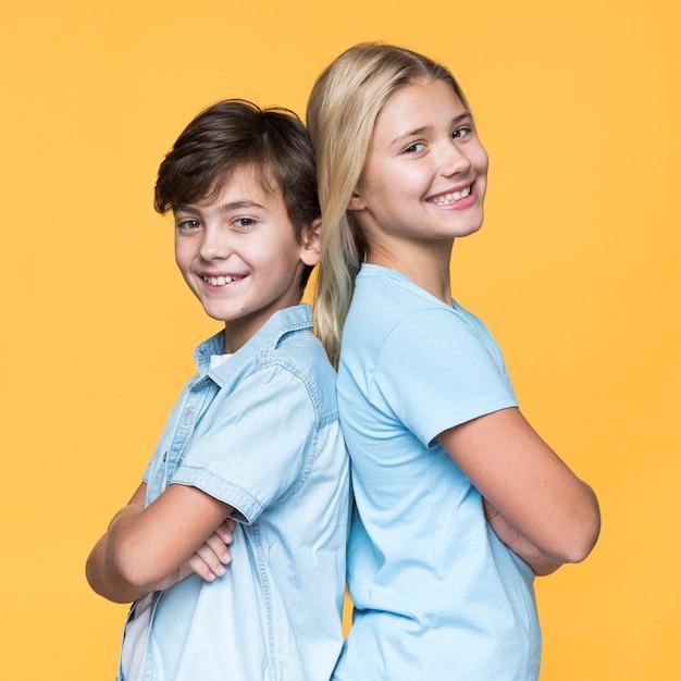 Jonge broers en zussen staan rug aan rug Premium Foto