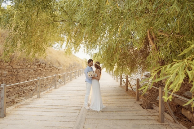 Jonge bruid en bruidegom casual en formele trouwjurk Gratis Foto