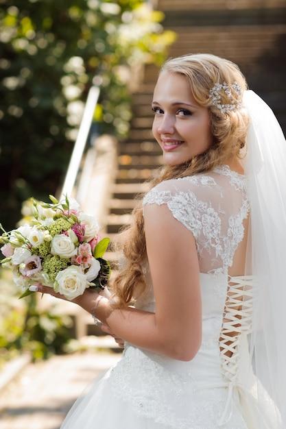 Jonge bruid op de huwelijksdag Gratis Foto