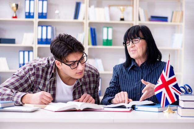Jonge buitenlandse student tijdens engelstalige les Premium Foto