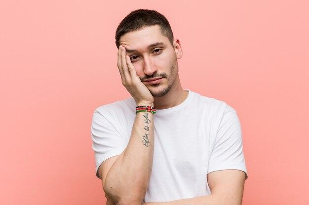 Jonge casual man die zich verveelt, moe is en een relaxdag nodig heeft. Premium Foto