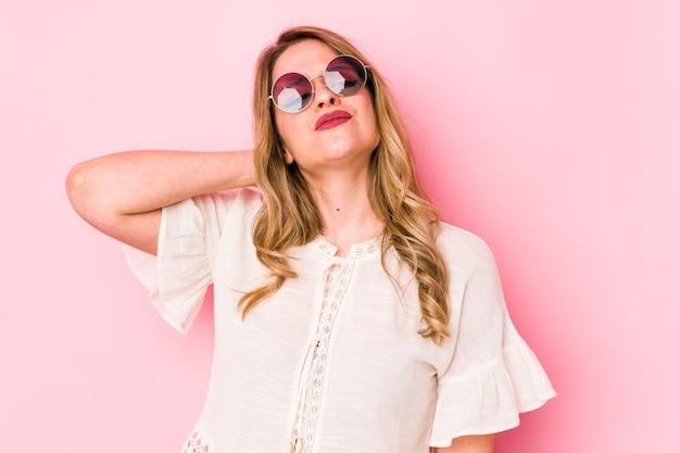 Jonge caucian vrouw met bril met nekpijn als gevolg van stress, masseren en aanraken met de hand. Premium Foto