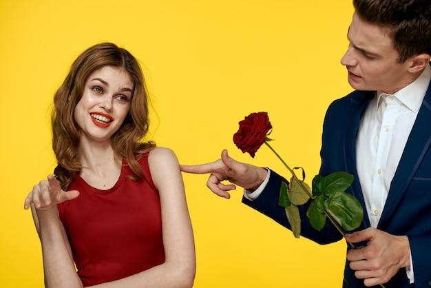Jonge charmante paar roos relatie romantiek geschenk. valentijn concept Premium Foto