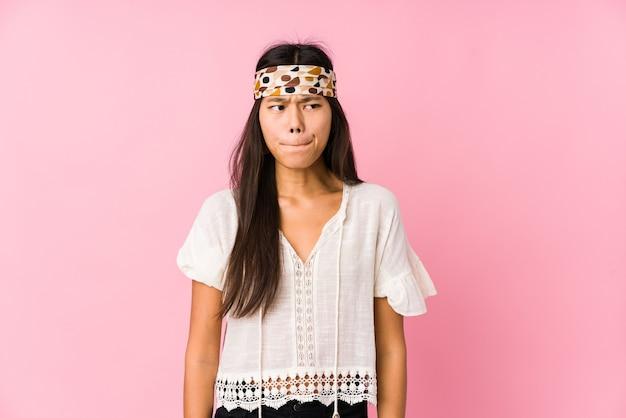 Jonge chinese hippie geïsoleerd verward, twijfelachtig en onzeker. Premium Foto