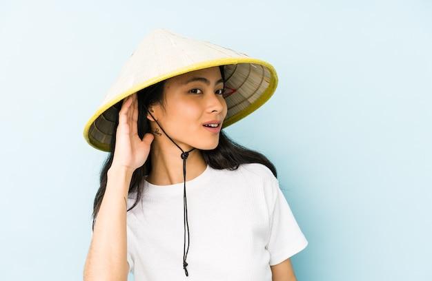 Jonge chinese vrouw die een vietnamees hooi draagt, is geschokt en herinnert zich een belangrijke bijeenkomst. Premium Foto