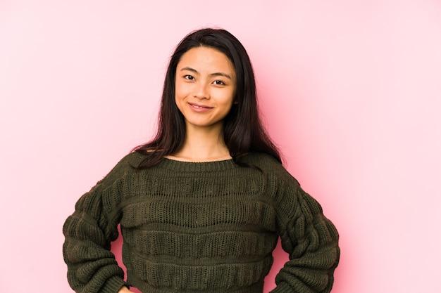 Jonge chinese vrouw zelfverzekerd handen op de heupen te houden. Premium Foto