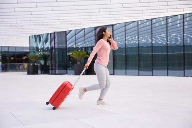 Jonge dame die laat voor het inschepen van vliegtuig is Gratis Foto