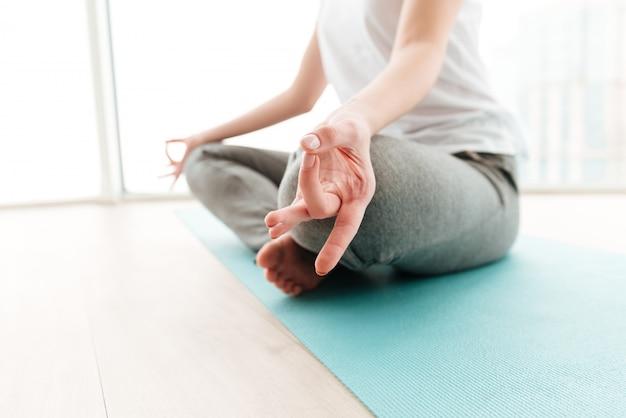 Jonge dame maakt yoga-oefeningen. Gratis Foto