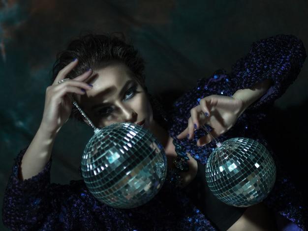 Jonge de discobal van de vrouwenholding Premium Foto