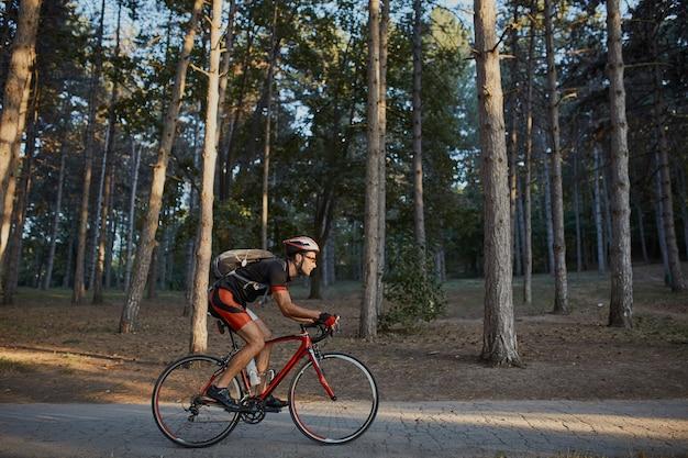 Jonge en energieke fietser in het park Gratis Foto
