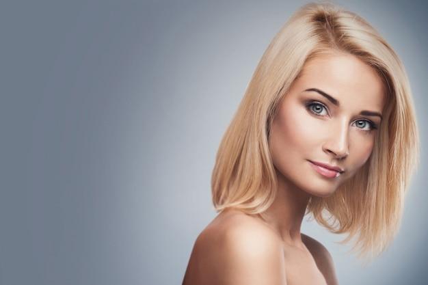Jonge en mooie blonde vrouw Premium Foto