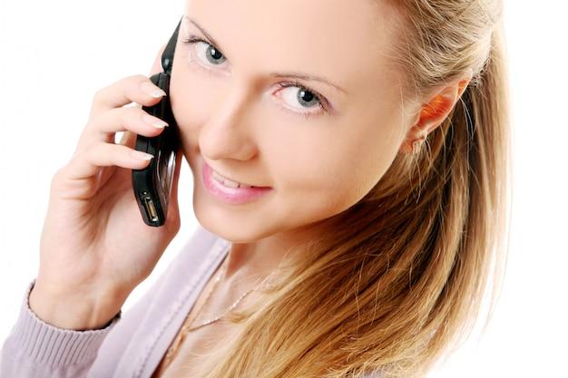 Jonge en mooie vrouw die telefonisch roept Gratis Foto