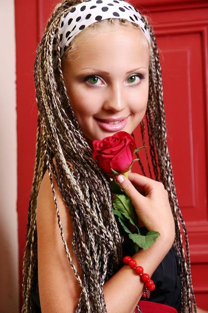 Jonge en mooie vrouw op straat Gratis Foto