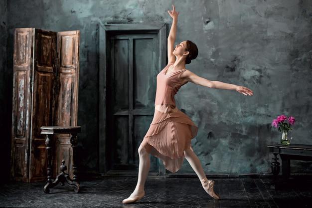 Jonge en ongelooflijk mooie ballerina poseert en danst Gratis Foto