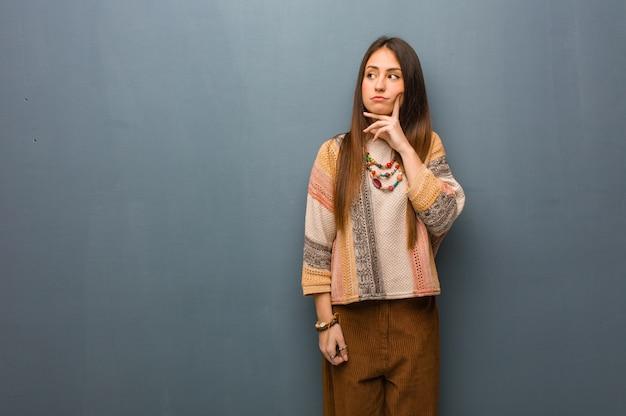 Jonge en verwarde hippievrouw Premium Foto