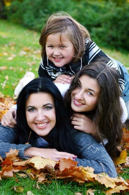 Jonge familie die gezonde wandeling neemt door de herfstpark Gratis Foto