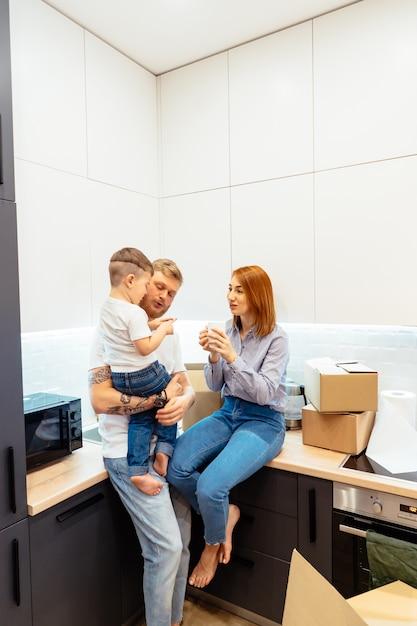 Jonge familie uitpakkende dozen in nieuw huis Gratis Foto