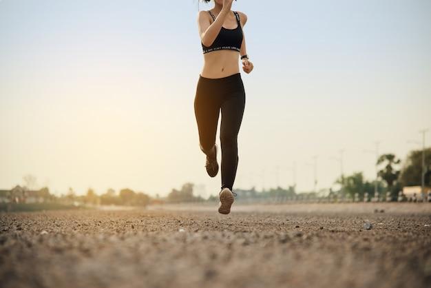 Jonge fitness vrouw runner Gratis Foto