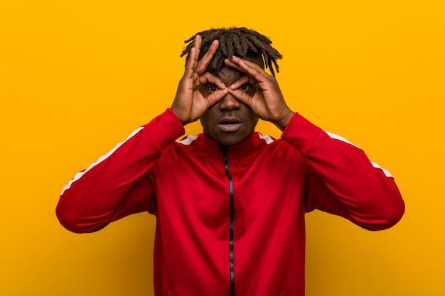 Jonge fitness zwarte man met goed teken over ogen Premium Foto