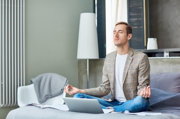 Jonge freelancer beoefenen van yoga Gratis Foto
