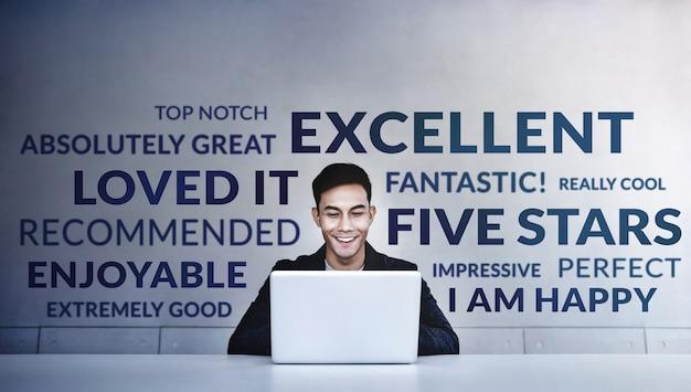 Jonge gelukkig man positieve beoordeling lezen Premium Foto