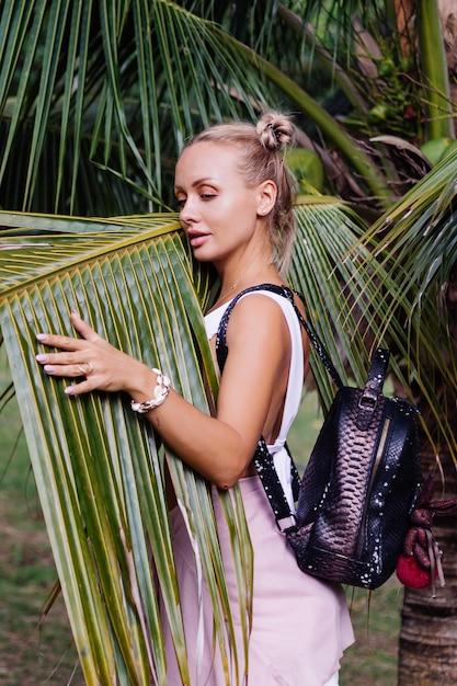 Jonge gelukkig stijlvolle vrouw reizen poseren in de natuur Gratis Foto