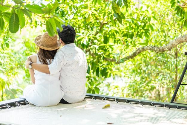 Jonge gelukkige aziatische paar verliefd op wieg balkon Premium Foto